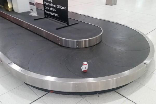 啤酒「平安」抵達伯斯機場,還是第一個出現在行李轉盤上。(法新社)