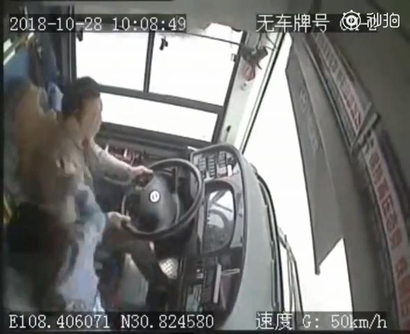 重慶警方今天公布墜江原因,事由為乘客與司機發生激烈爭執互毆,導致車輛失控墜入江中。(圖擷取自YouTube)