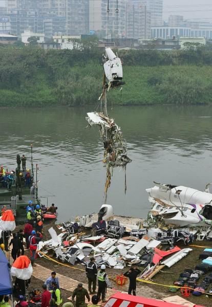 復興航空GE235班次失事墜毀,機首昨晚被吊起後,確定廖建宗和副機師劉自忠殉職,救難人員今早繼續吊掛飛機殘骸。(記者王藝菘攝)