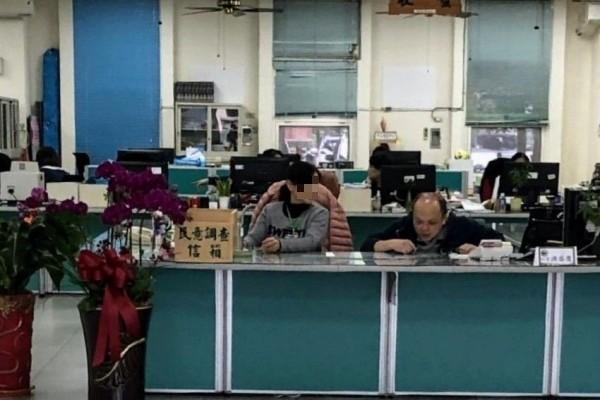 竹山鎮公所改朝換代,前主秘洪丞俊(右)調任秘書後,在公所大廳櫃台負責為民服務業務。(記者劉濱銓翻攝)