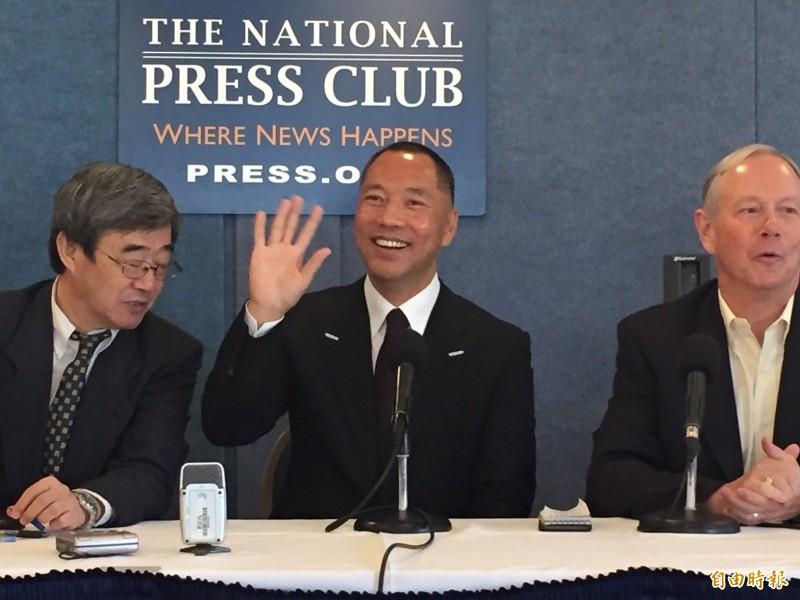 郭文貴(中)在爆料中指出,中共對台灣以及香港的目標。(資料照)