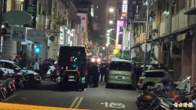 持爆裂物男子藏身透天民宅與警對峙,警方出動防爆車到現場。(記者張忠義攝)
