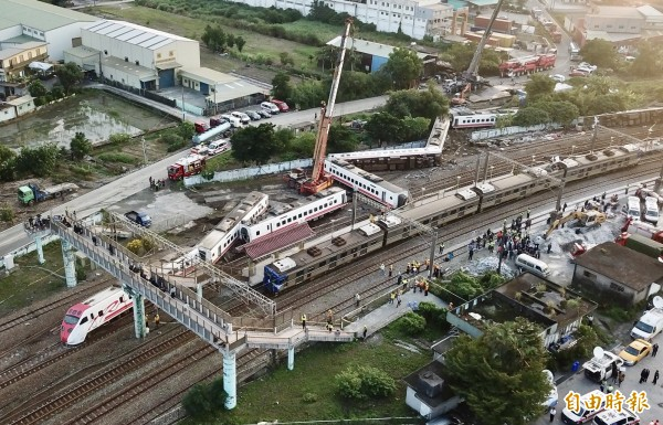 台鐵普悠瑪號列車翻覆,台鐵人員徹夜搶修,22日清晨5時搶通單線雙向通車。圖為通車空拍。(記者羅沛德攝)