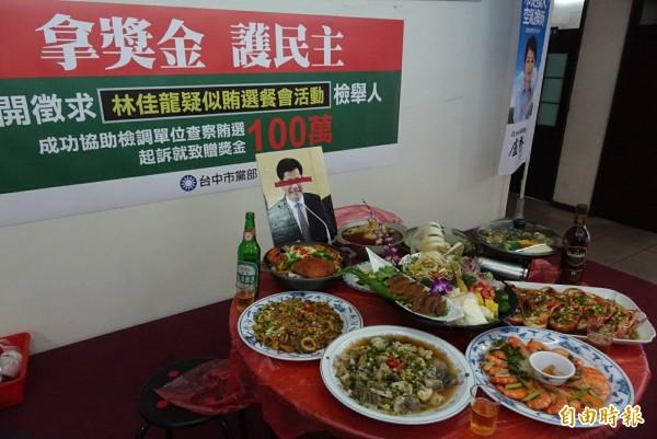 網友赫然看到桌菜前竟擺放林佳龍照片,有人怒斥這根本就是在「祭拜」,PTT鄉民也痛批「選舉選到這樣就太沒人性了。」(記者廖耀東攝)