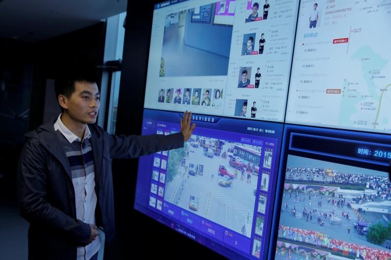 中國政府為了監控人民,在全國廣設監視器,卻也催生出愈來愈多的監控產業富豪。(路透資料照)