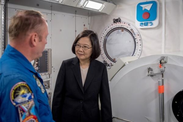 蔡英文總統進入美國國家航空暨太空總署(NASA)詹森太空中心參訪,被視為突破台美政治進展。(歐新社)