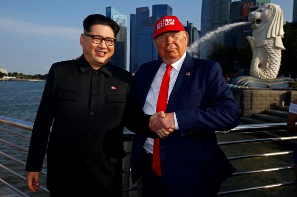美國與北韓將於新加坡舉辦領袖峰會,現有國外民眾已在新加坡當地角色扮演川普(左)與金正恩(右)。(路透)