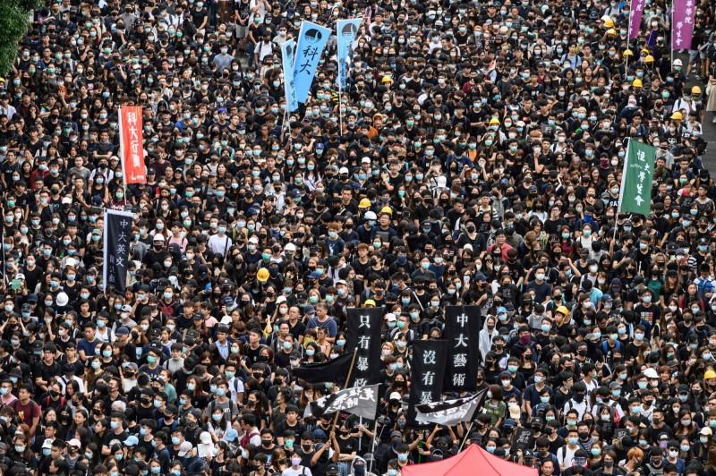 香港從大專院校到中學校的學生們,今(2日)紛紛展開罷課行動,現場擠得人山人海。(法新社)