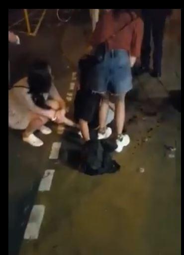 香港將軍澳連儂隧道內爆半夜砍人事件,至少3人被砍傷送醫,行凶者疑是操中國口音的中年男子。(圖擷取自香港突發事故報料區影片畫面)