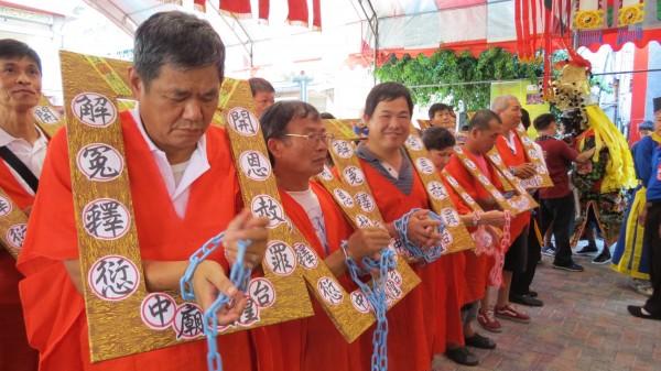 台中市南區城隍里舉辦「舉枷」文創活動,上百里民舉枷解厄。(記者楊政郡攝)