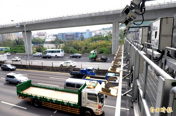 ETC高速公路車流行經計程收費感應門架。(資料照,記者朱沛雄攝)