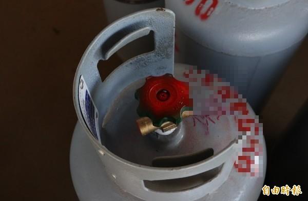民眾如果發現家裡的瓦斯鋼瓶開關閥,是由台灣保安工業公司(TPA)進口製造,且製造日期為2017年9、10、11月,應立即更換。(記者林敬倫攝)