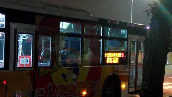 有民眾日前路過某路線的公車起始站時,看見有司機於停靠在站旁的車上匆忙用餐,在他對面還坐著1人,疑似是他太太。這畫面讓網友備感心酸。(圖擷自「爆廢公社三館」臉書)