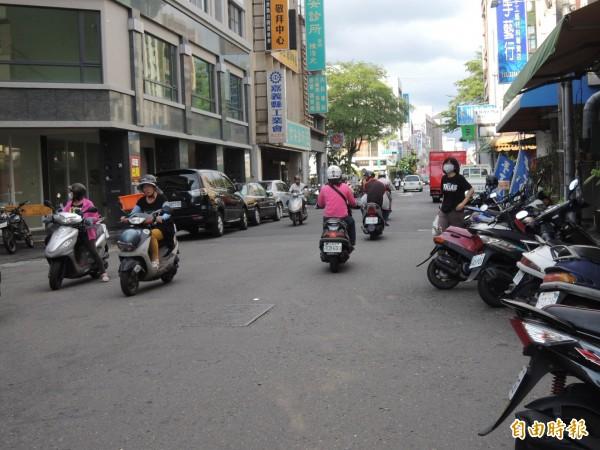 嘉義的單行道號稱全國最多,且開放機車逆向行駛,因此網路紅人蔡阿嘎也說,在台北騎車很容易被開罰單。(資料照,記者王善嬿攝)