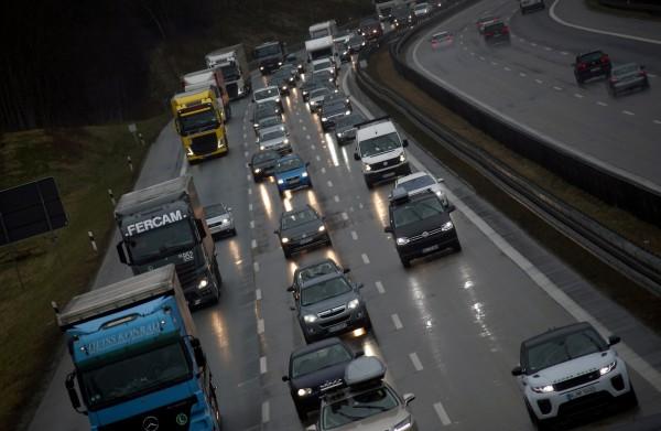 德國高速公路去年總計高達45.9萬小時在塞車。(路透)