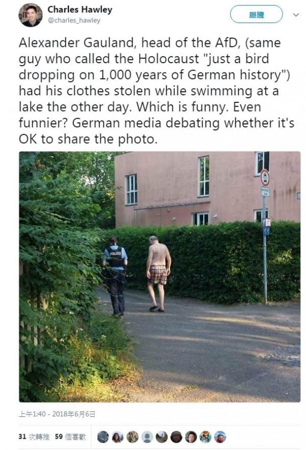 當地有人拍到高蘭裸著上半身,跟警察走在一起的照片,上傳社群平台。(擷取自推特)