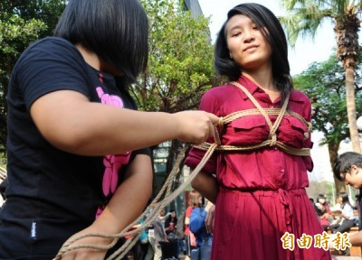 台大BDSM(皮繩愉虐)去年抗議校方帶著異色眼光進行審查,並進行現場繩縛實作,強調絕對注重安全。(記者張嘉明攝)