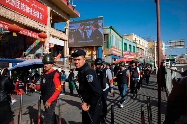 新疆人權問題受到全球關注。圖為在新疆巡邏的中國警察。(美聯社)