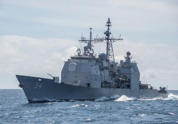 圖為10月22日通過台灣海峽的提康德羅加級飛彈巡洋艦「安提坦號」(USS Antietam USS CG 54)。(美聯社檔案照)