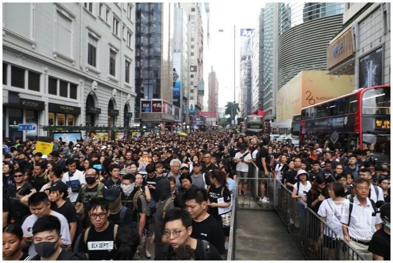 遊行人潮回堵至非原遊行路線的主要幹道彌敦道上,塞滿了彌敦道的4線道。(擷取自《立場新聞》)