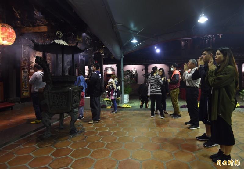 台北市大龍峒保安宮24日除夕夜,不少民眾前來祈福。(記者簡榮豐攝)2