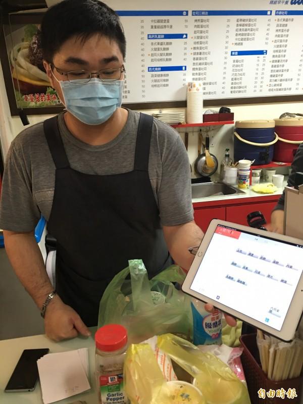 使用iCHEF POS App近一年的Zadon早午餐老闆對系統客製化彈性大為讚賞,而且使用iPad mini,不會佔據窄小的工作吧檯空間。(記者陳炳宏攝)