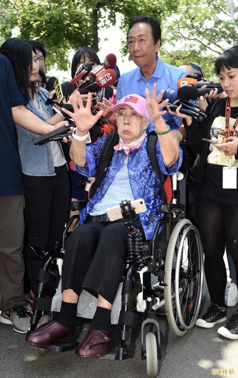 宣布角逐國民黨總統初選的郭台銘12日母親節陪同媽媽初永真到大安森林公園,接受媒體訪問。(記者簡榮豐攝)