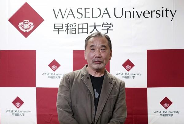 日本知名作家村上春日因向母校早稻田大學捐贈作品相關資料,今(4)日罕見在日本公開現身,他說,這是他時隔37年在日本召開記者會。(美聯社)