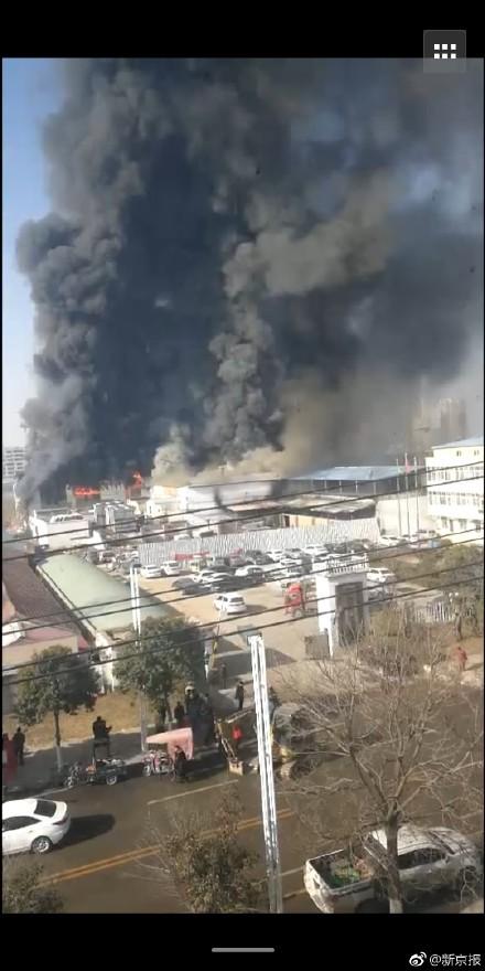 中國河南省一間工廠週一(17日)發生大火,11名現場作業人員送醫搶救無效死亡。(圖取自微博)