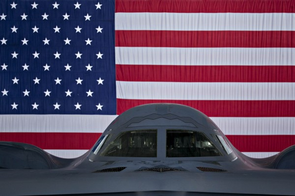 美國戰略司令部已派出一架可攜帶核彈頭的B2匿蹤轟炸機,飛到太平洋作戰區。(彭博)
