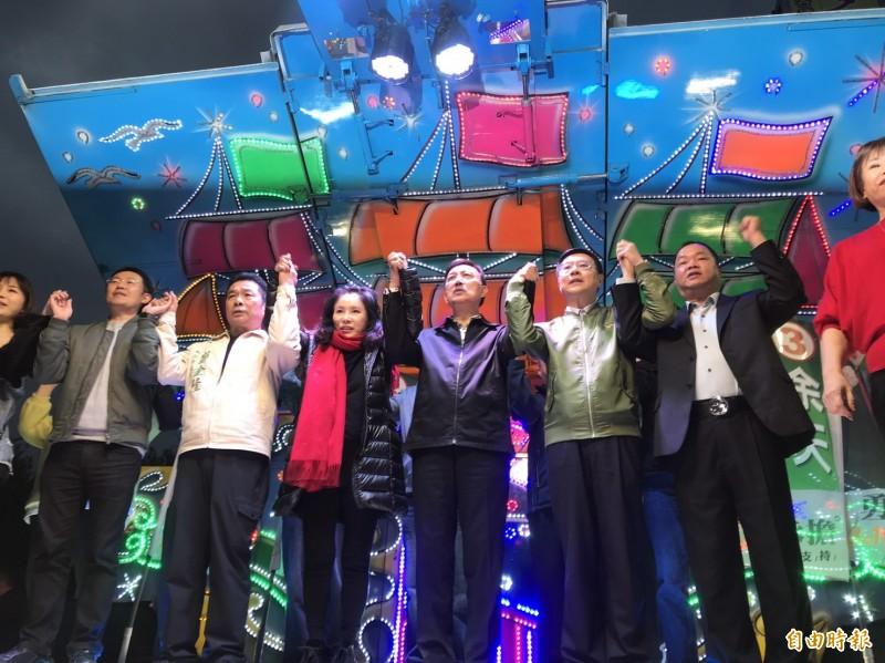 新北市第三選區(三重)立法委員選舉,民進黨候選人余天當選,並上台向支持群眾致謝。(記者陳心瑜攝)