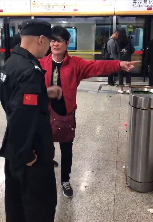 中國大媽讓孩子在地鐵隨處便溺,被勸阻惱羞成怒。(圖擷取自微博)