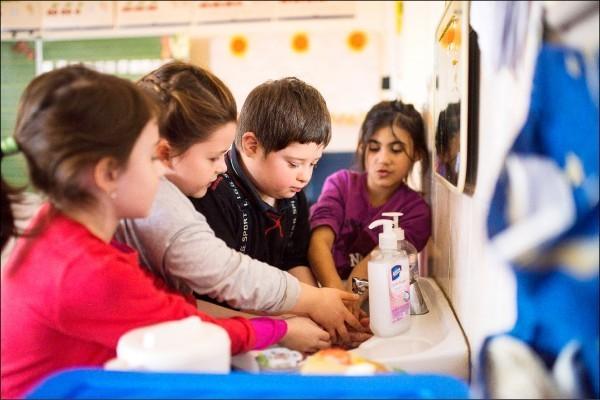 匈牙利10日公布包括生養4胎以上的婦女可終生免繳所得稅等催生獎勵。圖為匈牙利一所小學的學童。(歐新社檔案照)