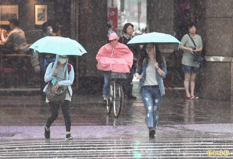 北台灣遭大雷雨襲擊,氣象局發布豪雨特報。(記者方賓照攝)