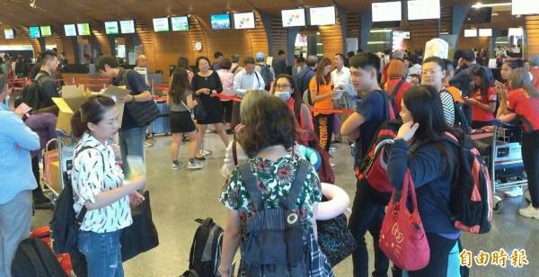 近日4個大型越南旅行團入境台灣,共153人,觀光局今天證實有152人脫逃失蹤。外交部今晚說,接獲通報後,已立即註銷152人的簽證,也立即停止核發簽證給已獲准的182名越籍觀光客,以阻絕於境外。示意圖,人物與新聞事件無關。(資料照)