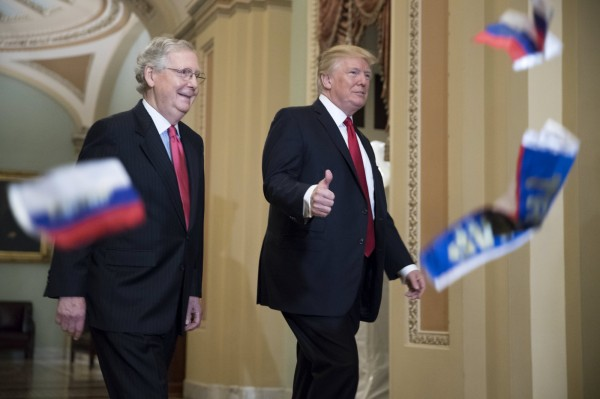 川普遇示威民眾扔擲中間印有「川普」(Trump)字樣的紅白藍俄羅斯國旗並大罵「川普叛國」,非但沒理他,還邊走邊豎起大拇指。(歐新社)