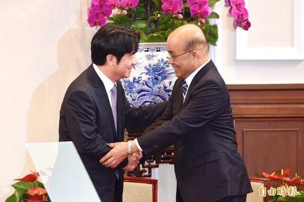 Outgoing Premier William Lai, left, shakes hands with premier-designate Su Tseng-chang at the Presidential Office in Taipei on Friday. Photo: George Tsorng, Taipei Times
