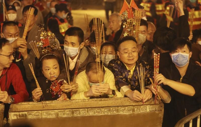 昨晚香港黃大仙祠擠滿參拜民眾。(美聯社)