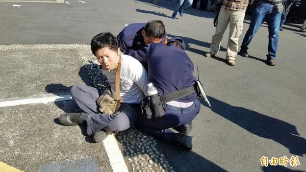 翻入立法院的抗議民眾被警制服。(記者陳志曲攝)