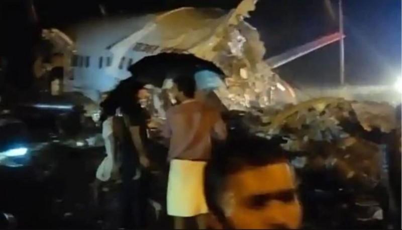 印度快運航空(Air India Express)一架從杜拜飛往印度科澤科德(Kozhikode)的班機,在當地時間7日晚間約7時38分進行降落時,疑因天雨路滑衝出跑道,機身直接斷成兩截,死傷慘重。(圖擷取自推特)