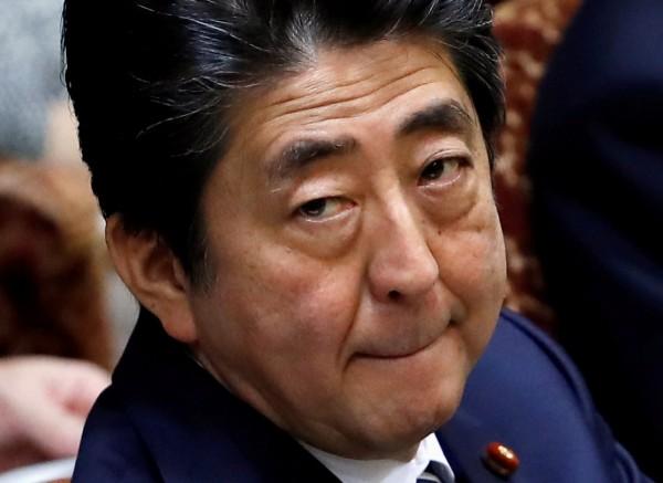 日本首相安倍晉三捲入醜聞民調低迷,前日相小泉認為他可能會在6月辭職。(路透)