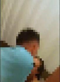 退伍軍人看見小王與親吻自己一絲不掛坐在馬桶上的妻子。(圖擷自臉書影片)