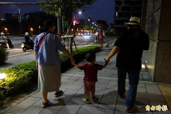 婦女同心會3日記者會上稱「台灣少子化問題嚴重,根本沒有條件推同性婚姻合法化。」示意圖為一對同志伴侶一家人。(資料照,記者葉冠妤攝)
