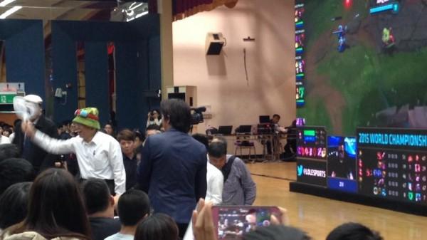 柯文哲在比賽中途現身會場,親切的與觀眾們打招呼。(圖擷取自台北暗殺星臉書)