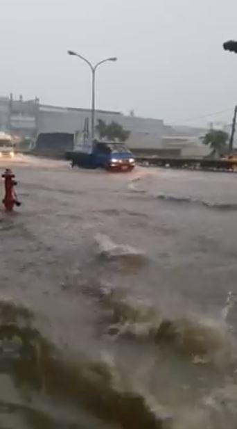 高雄市鳳仁路另一段影片顯示,在下午時水位一度高到路面出現大波浪。(圖擷取自臉書社團)