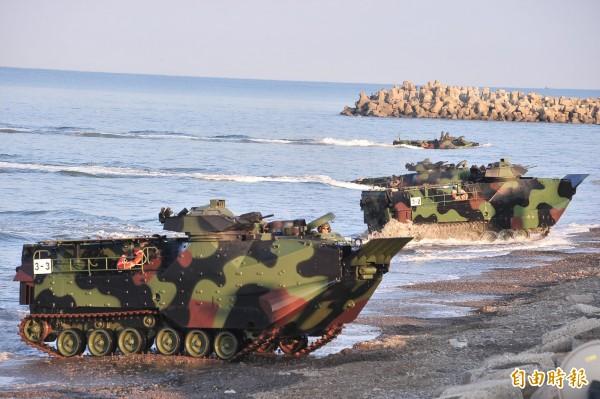 外媒報導引述美國國防部指出,將出售36輛AAV7A1型兩棲突擊車給台灣,這項總價8360萬美元(約新台幣25.5億元)的合約交由英國航太系統公司(BAE Systems)負責,預計將會在2020年7月完成。圖為AAV7型兩棲突擊車。(資料照)
