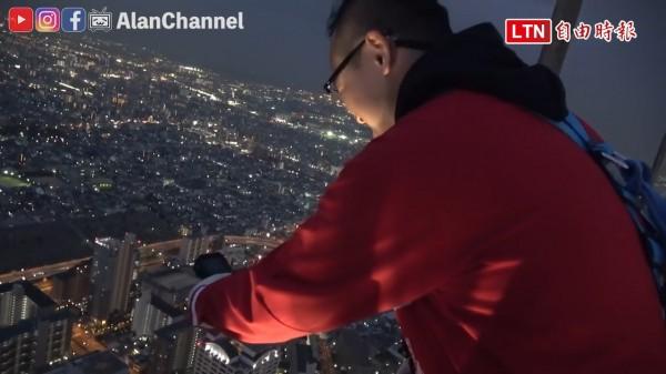 來到日本第一高樓阿倍野海闊天空大廈,如果覺得在觀景台隔著玻璃遠眺不夠刺激,還可以報名體驗空中漫步的快感。(圖片由Alan Channel / 阿倫頻道 YouTube授權)