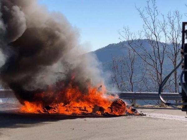 英國汽車節目「頂級跑車秀」前日拍攝時,跑車引擎意外起火,4分鐘後跑車燒成廢鐵。(圖擷取自英國獨立報)