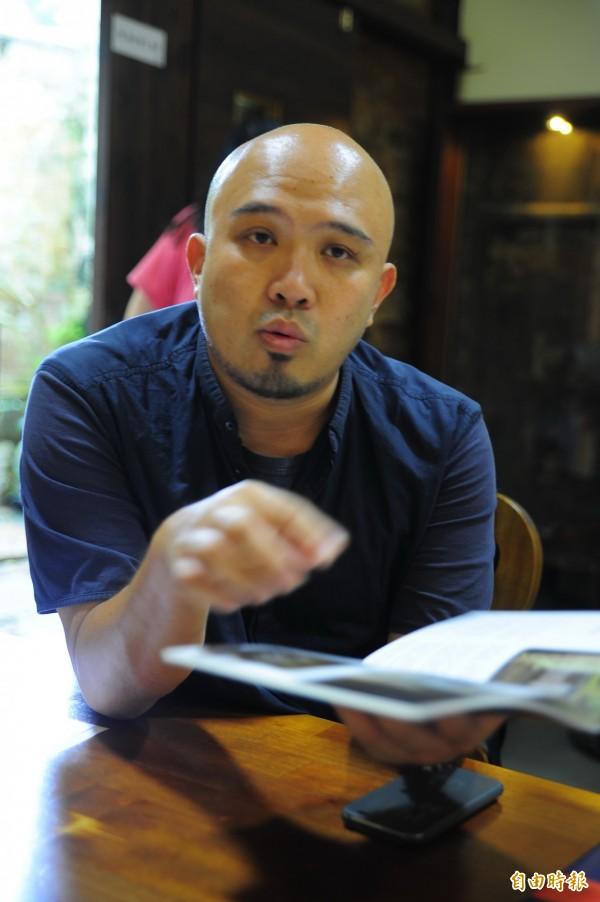 俠客行文創公司執行長陳德安說,推出《巷》月刊是希望外地人、在地人不要再用小吃、古蹟看府城,他要邀請觀眾用「顯微鏡」來看台南。(記者王捷攝)