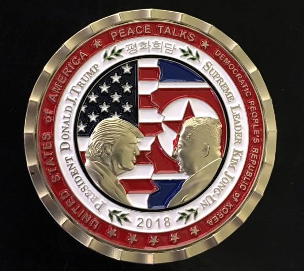 白宮推出的川金會紀念幣。(歐新社)